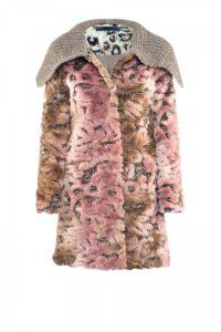 Rosé Faux-Fur-Mantel mit Strickkragen um € 769,–
