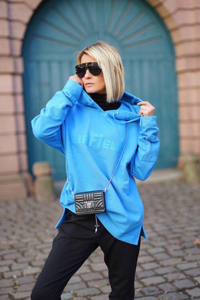 Bloggerin Gitta Banko stylt zur lässigen Jogginghose unseren coolen AIRFIELD-Hoodie