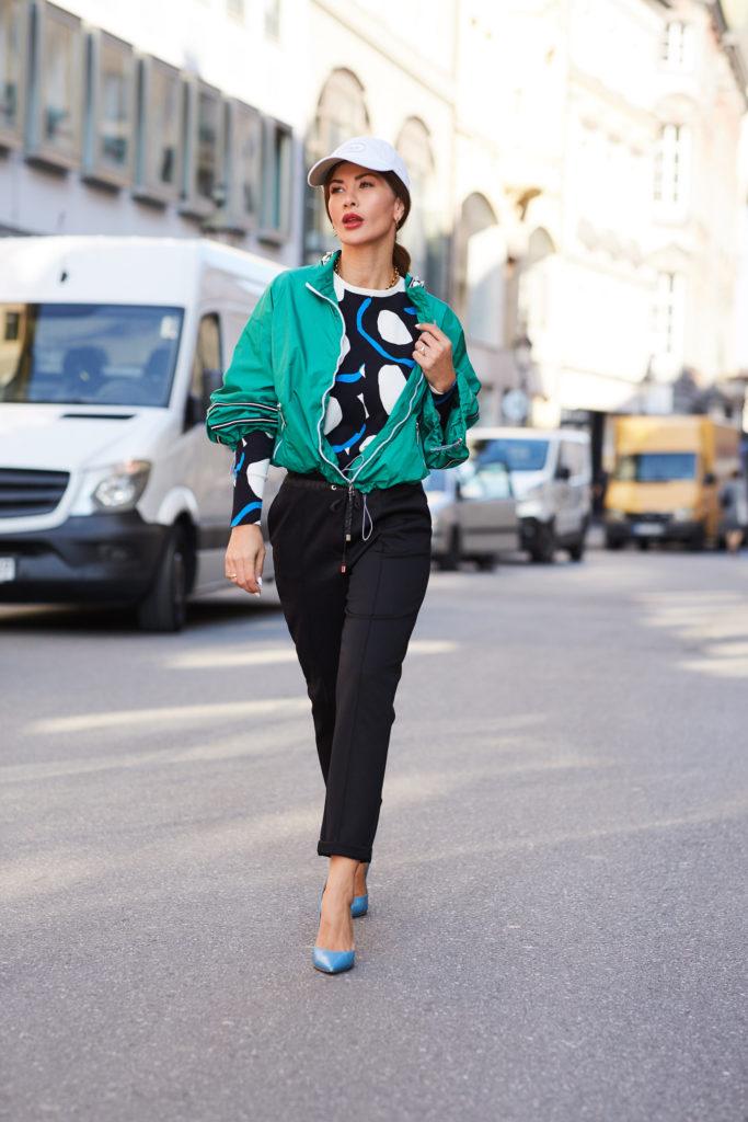 Influencerin Füsun Lindner kombiniert die Jogginghose im Glam-Look