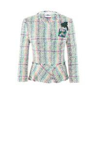 Kurze Jacke in Bouclé Optik mit Patches um € 599,–