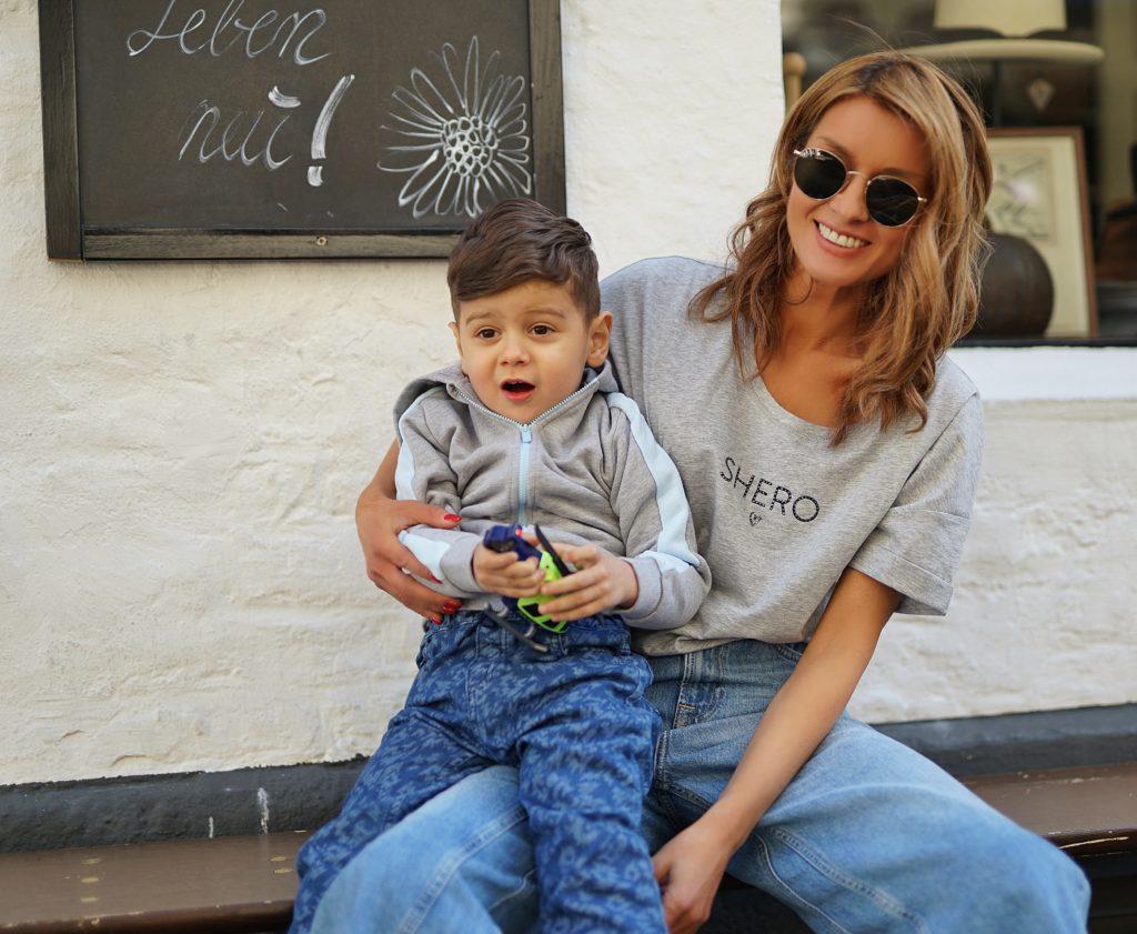 Star-Influencerin und SHERO Gitta Banko mit ihrem süßen Sohn.