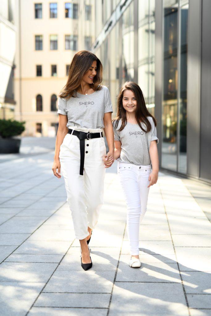 Streetstyle-Darling Fürsun Lindner im SHERO-Partnerlook mit ihrer süßen Tochter.