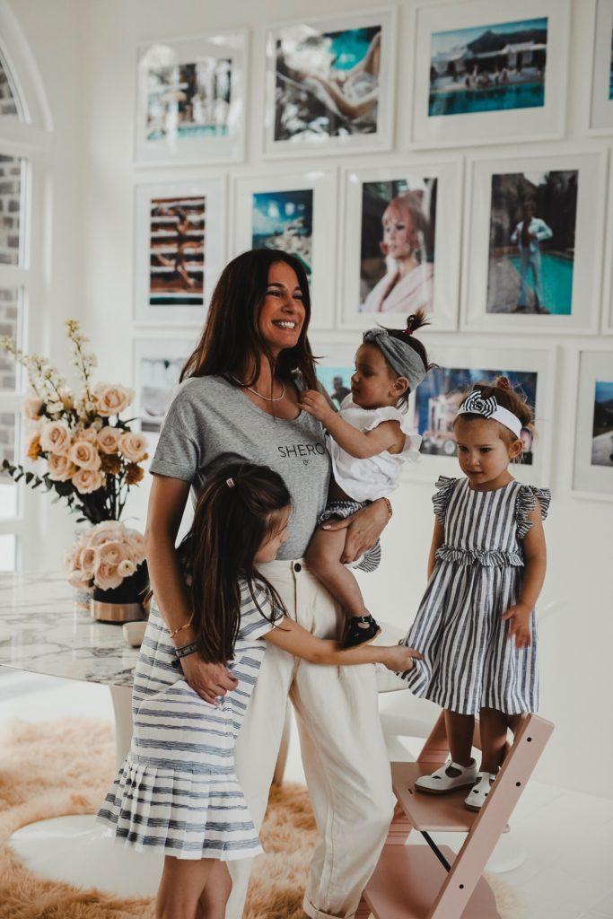 Blogger-Mum Lena Terlutter mit ihren drei entzückenden Mädels im SHERO Look.