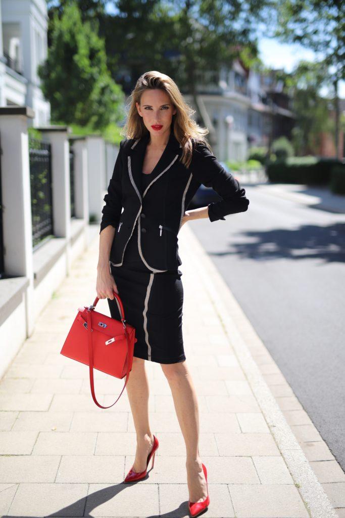 Alexandra Lapp trägt einen schwarzen Look von AIRFIELD