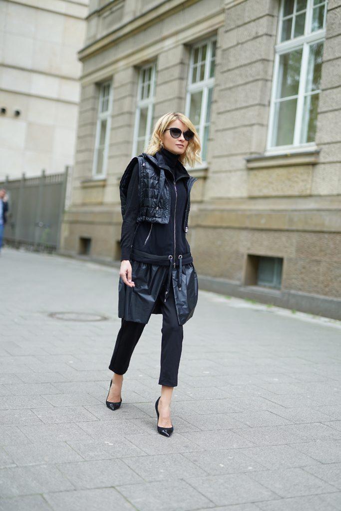 Gitta Banko in einem schwarzen Look von AIRFIELD