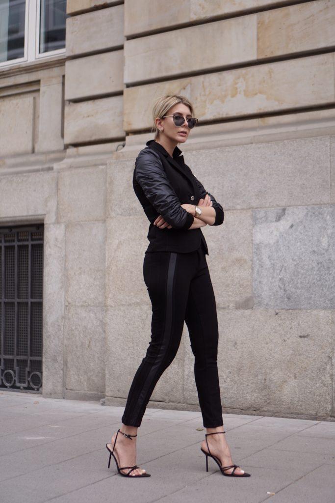 Tori Nasir in einem schwarzen Look von AIRFIELD