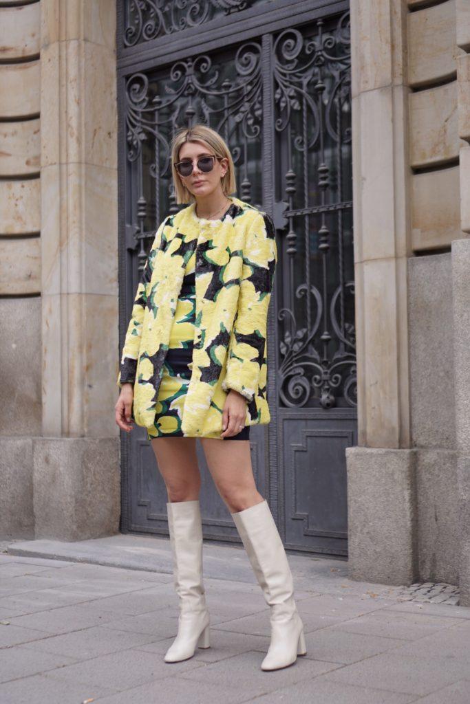 Frauenpower als InspirationsquelleGenau dafür stehen auch unsere AIRFIELD-Kollektionen. Inspiriert von der starken Frauenpower, kreieren wir in unseren Design-Studios eine Mischung aus stimmungsaufhellender Schneiderei und designstarkem Fashion-Support. Egal ob Sie sich für den extravaganten Leo-Mantel, die klassische weiße Bluse oder den scharfen Power-Suit entscheiden, Sie werden sich darin einfach gut (angezogen) fühlen.